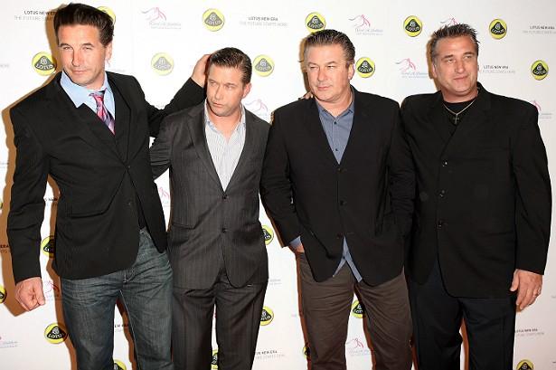 """Alec Baldwin (nesta foto, o terceiro, da esquerda para a direita) têm três irmãos que também são atores: Billy, Stephen e Daniel. Além dos """"brothers"""", Alec tem duas irmãs. (Foto: Getty Images)"""