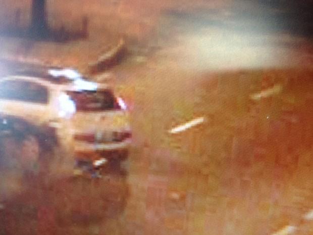 Imagens mostram acidente de trânsito com carro do cantor Fiuk em Barueri (SP) (Foto: Reprodução)