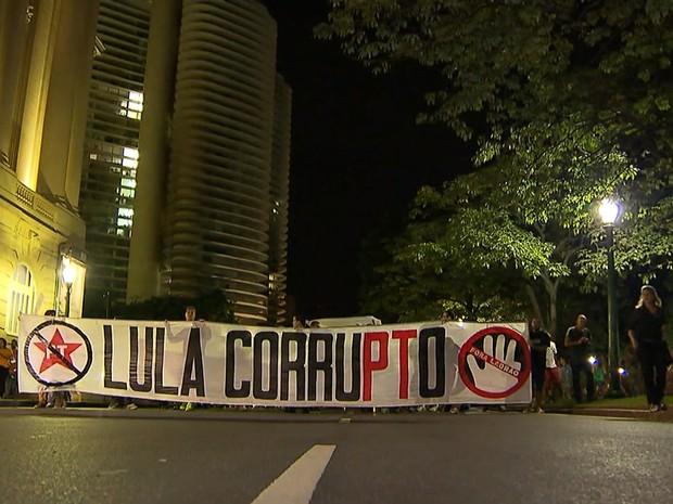 Por volta das 18h30, cerca de 100 pessoas participavam do protesto contra Lula em BH (Foto: Reprodução/TV Globo)
