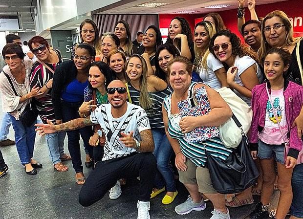 Fernando Medeiros com fãs (Foto: Reprodução / Instagram)