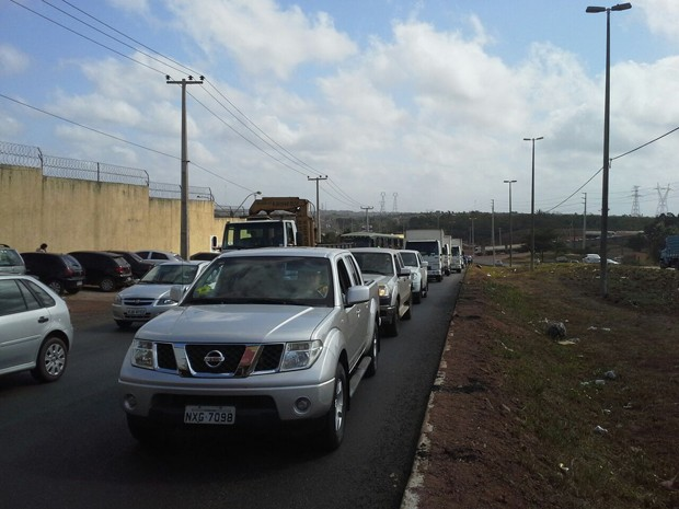 Protesto de monitores em frente a Pedrinhas causa congestionamento na BR-135, no MA (Foto: Giovanni Spinucci / TV Mirante)