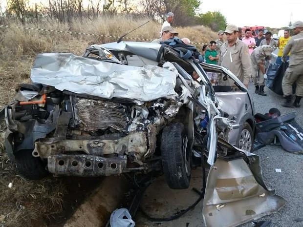 Corpos das vítimas ficaram presos as ferragens (Foto: Divulgação)