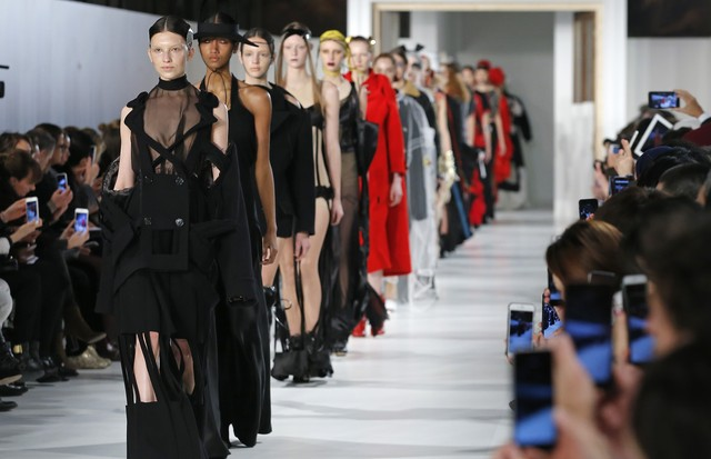 PARIS, FRANCE - JANUARY 25:  Models walk the runway during the Maison Margiela Spring Summer 2017 show as part of Paris Fashion Week on January 25, 2017 in Paris, France.  (Photo by Thierry Chesnot/Getty Images) (Foto: Getty Images)