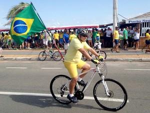 Manifestante carrega bandeira do Brasil em ato na avenida Litorânea, orla de São Luís (MA), contrária ao governo, às 8h50 (Foto: Clarissa Carramilo/G1)