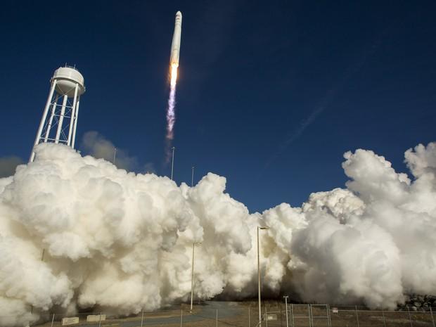 A empresa americana Orbital Sciences lançou nesta quinta-feira (9) a cápsula não tripulada Cygnus para sua primeira missão de abastecimento da Estação Espacial Internacional (ISS), segundo imagens transmitidas ao vivo pela emissora de TV da Nasa. (Foto: Bill Ingalls/Nasa/AFP)