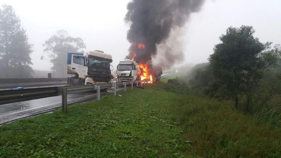 Fogo atrapalhou o trabalho de resgate no local (Foto: Rodrigo Brito/RPC)