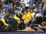 Rebatida rompe rede de proteção, e torcedora leva bolada no olho na MLB