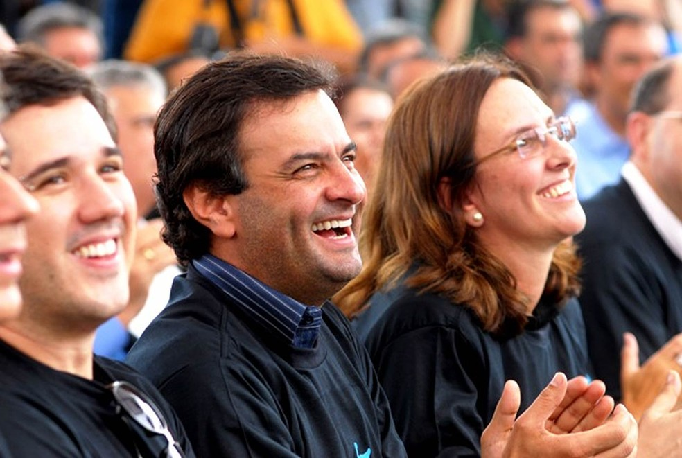 Aécio Neves (PSDB) sorri ao lado da irmã, Andréa Neves, em foto de quando ele era governador de MG (Foto: Agência MG/Arquivo)