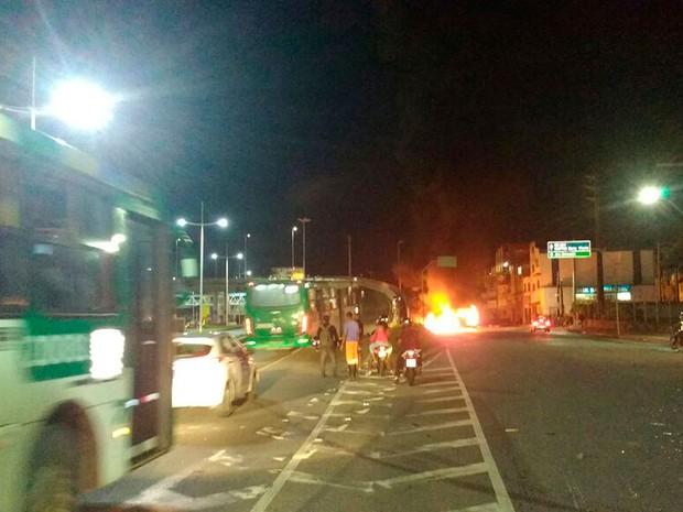 Grupo queimou ônibus durante protesto em Salvador (Foto: Divulgação/Transalvador)