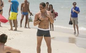 Rômulo Neto grava de cueca na praia em dia de 'verão' e atrai olhares dos banhistas