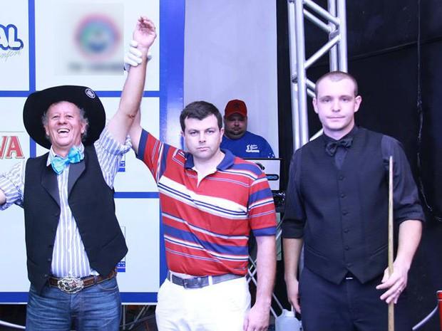 """Gaúcho Tamarrado comemora vitória no torneio de sinuca; """"É o melhor jogador"""", admite organizador (Foto: Bilhar Show/Reprodução)"""