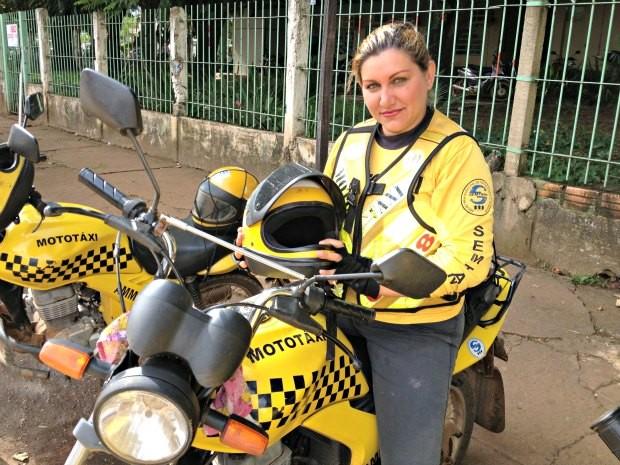 Sandra Silva é mototaxista há três anos e diz que gosta de motocicletas (Foto: Ivanete Damasceno / G1)