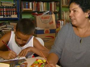 Pais e filhos se reúnem em biblioteca comunitária de professor em Rio Claro (Foto: Oscar Herculano Jr./ EPTV)