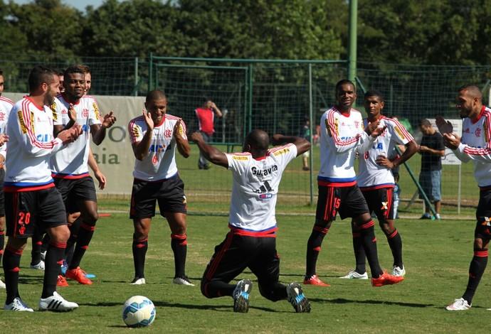 Armeration em Atibaia: Armero faz dancinha no campo (Foto: Gilvan de Souza / Flamengo)