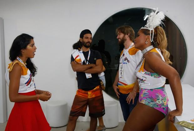 Bella Gil e Gaby Amarantos (Foto: Vivian Fernandez/ Ed.Globo)