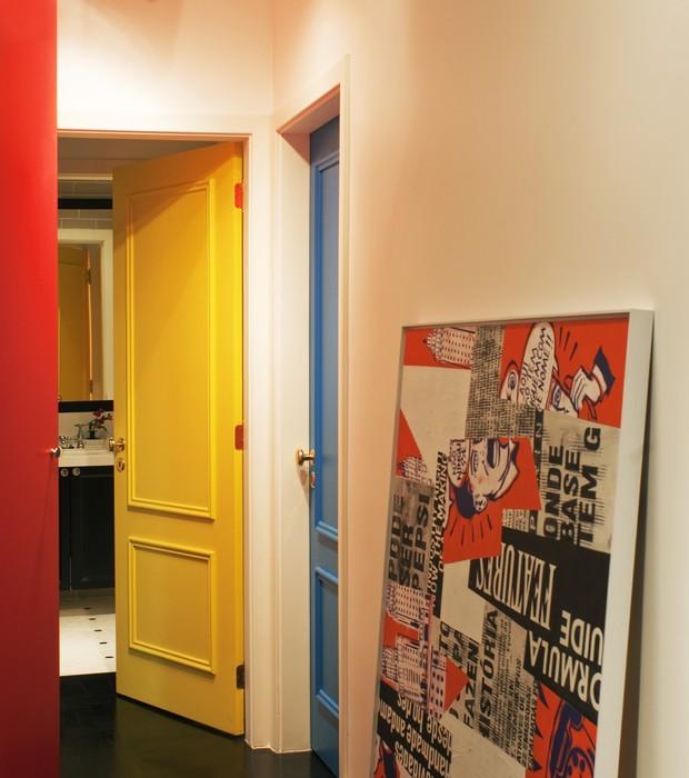 Como a casa toda é colorida, o corredor não poderia ser diferente. Cada porta foi pintada de uma cor! (Foto: Celia Weiss/Divulgação)