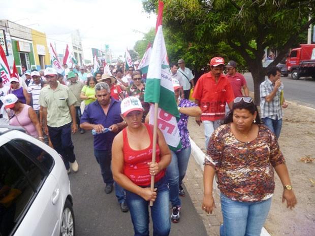 Agricultores seguiram para a sede do IPA em Petrolina (Foto: Carol Souza/ G1 )