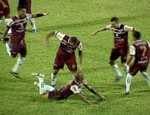 """Jogadores da Desportiva comemoram com """"Harlem Shake"""" o primeiro gol sobre o Atlético-AC (Foto: Reprodução/TV Gazeta)"""