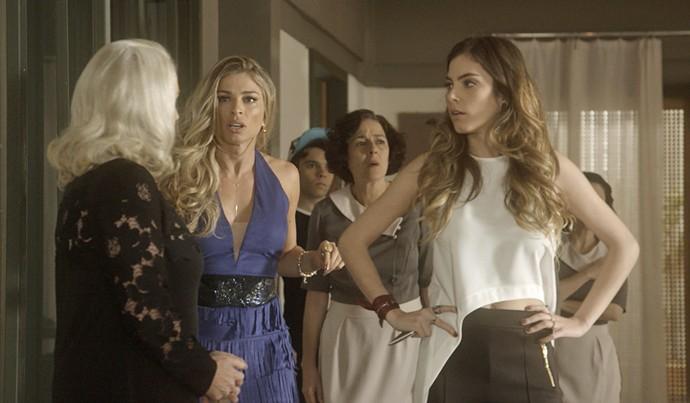 Mág, Luciane e Camila presenciam o escândalo de Letícia (Foto: TV Globo)