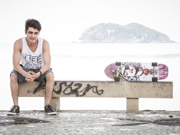 Guilherme Leicam já andava de longboard. Agora, ele está arriscando no skate de manobras (Foto: Malhação / Tv Globo)