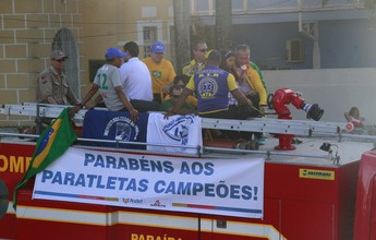 Campeões do Parapan de Toronto desfilam em carro aberto na Paraíba