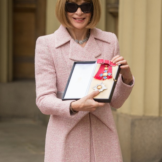 LONDON, ENGLAND - MAY 5:  Editor-in-Chief, American Vogue and Artistic Director Dame Anna Wintour poses after receiving her Dame Commander from Queen Elizabeth II at an Investiture ceremony at Buckingham Palace on May 5, 2017 in London, England.  (Photo b (Foto: Getty Images)