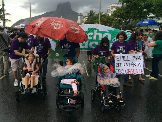 Mães e seus filhos que sofrem de convulsões participam da Marcha da Maconha (Foto: Fernanda Rouvenat/G1)