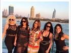 Kim Kardashian usa look transparente em passeio com amigas