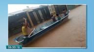 Moradores 'passeiam' em barco durante enxurrada em Campo Grande