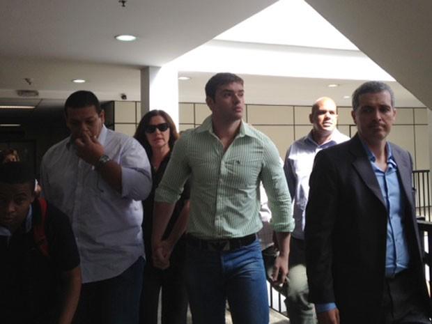 Thor Batista chega ao fórum acompanhado da mãe, a empresária Luma de Oliveira (Foto: Alba Valéria Mendonça / G1)