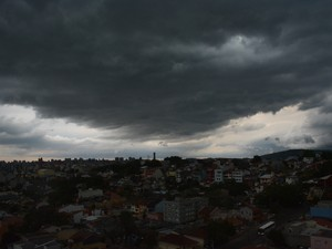 Céu fechado momentos antes do temporal chegar a Porto Alegre (Foto: Alessandro Agendes/RBS TV)