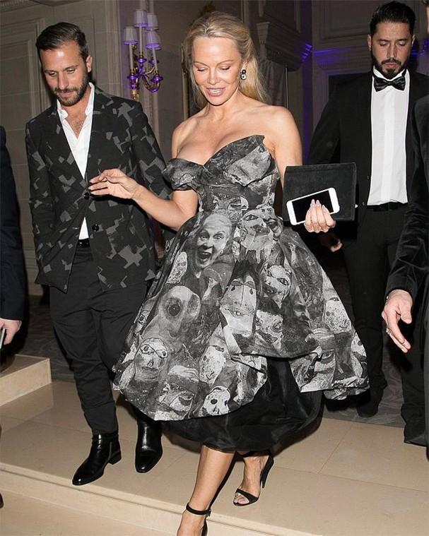 Pamela Anderson usa vestido assinado e coberto pelo rosto de Vivienne Westwood (Foto: Getty Images)