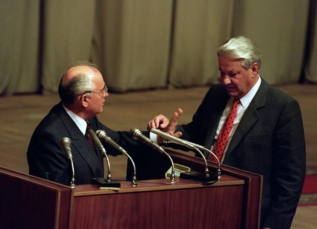 Foto de 23 de agosto de 1991 mostra o então presidente russo, Boris Yeltsin (direita) e o então presidente soviético, Mikhail Gorbachev  (Foto: AFP)