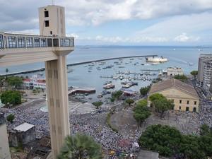 Foto do alto do Elevador Lacerda mostra fiéis em cortejo na Bahia (Foto: Elias Dantas/Ag. Haack)
