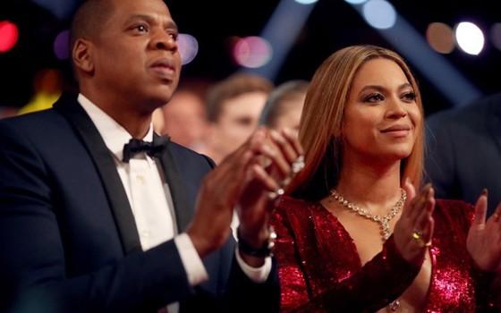 Jay-Z e Beyoncé aplaudem Adele, a grande vencedora do Grammy (Foto: Reprodução)