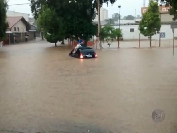 Motorista ficou ilhado em Valinhos (Foto: Reprodução/ EPTV)