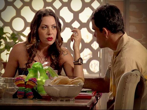 Olenka quer saber sobre pênalti, mas Adauto se nega a falar sobre o assunto (Foto: Avenida Brasil / TV Globo)