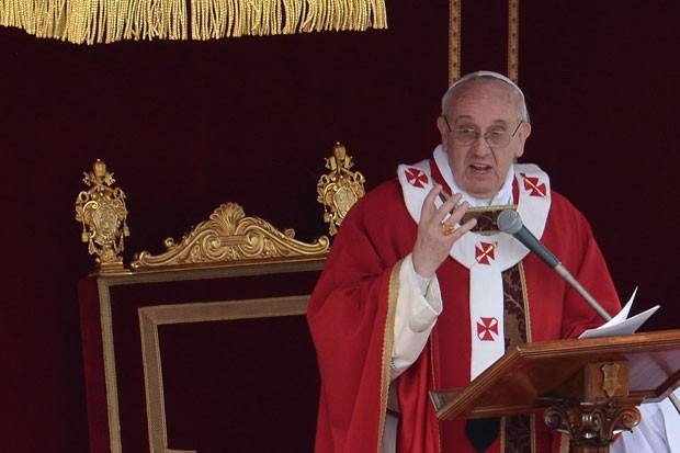 Papa também leu Evangelho de Lucas que narra a chegada de Jesus na Cidade Santa (Foto: Filippo Monteforte/AFP)