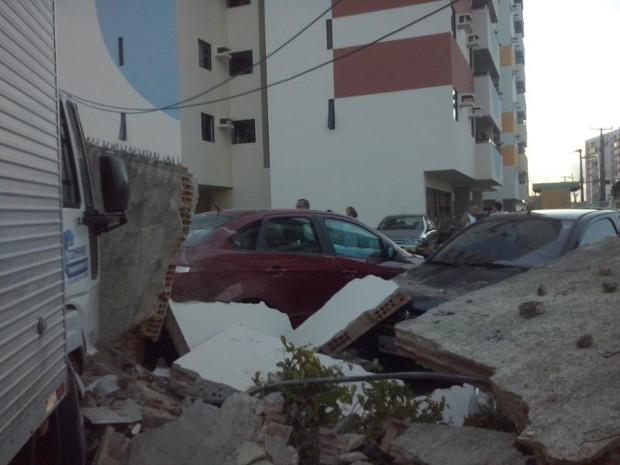 Carros que estavam estacionados em prédio ficaram danificados  (Foto: Paulo Victor Malta/GloboEesporte.com)