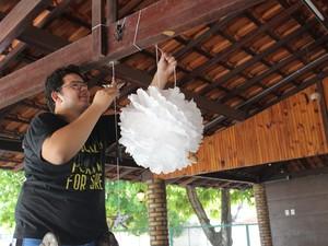 Jovem prepara decoração do Celebrate 2014 (Foto: Wenner Tito)
