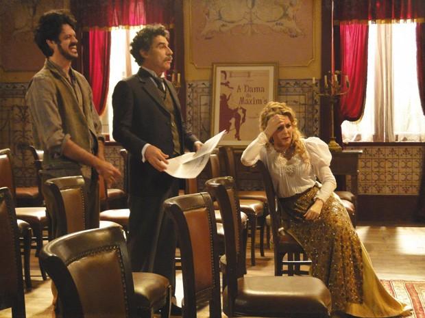 Mario acredita que a foto é o marketing que o teatro precisava (Foto: Lado a Lado/Tv Globo)