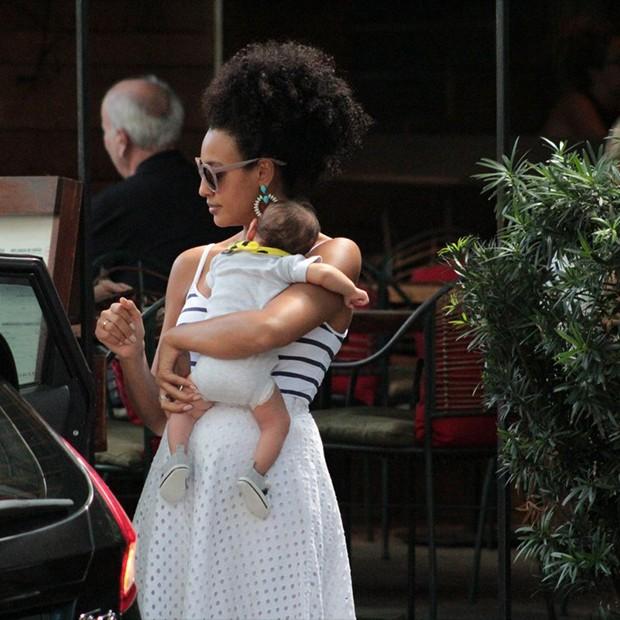 Sheron Menezes passeia com seu filho, Benjamin, em Ipanema no Rio de Janeiro (Foto: AgNews)