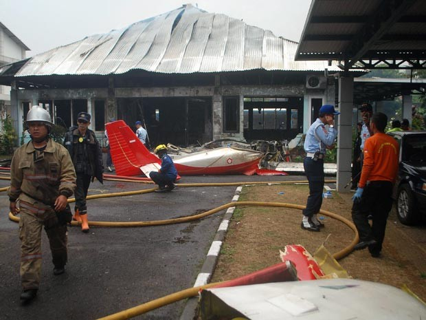 Bombeiros controlam o incêndio causado pela queda de um avião de pequeno porte em Bandung, na Indonésia (Foto: AFP/Timur Matahari)