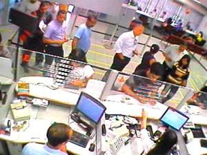Paulo Perrone saca dinheiro em banco (Foto: Divulgação/ Polícia )