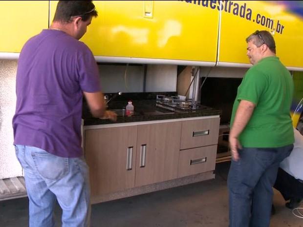 Ônibus é equipado para acompanhar jogos do Brasil (Foto: Reprodução/TV Gazeta)