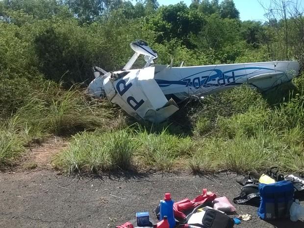 Avião ficou completamente destruído após bater em árvores (Foto: (internauta/arquivo pessoal))