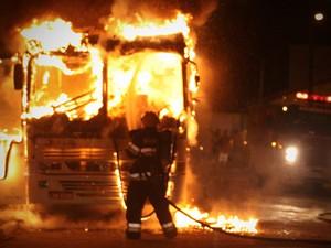 Três ônibus foram incendiados em Tijucas até a meia-noite (Foto: Luiz Jr/arquivo pessoal)
