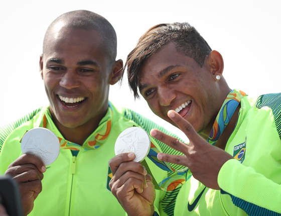Isaquias e Erlon recebem medalha nos 1000 metros (Foto: Ricardo Nogueira)