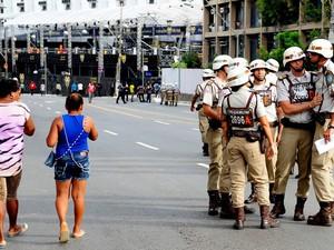 Soldados da Polícia Militar da Bahia pouco antes do início do carnaval nesta quinta-feira (27) em Ondina (Foto: Francisco Cepeda/AgNews)