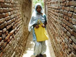 Asharfi casou-se aos 12 anos, foi mãe aos 19, abandonada aos 23 e declarada morta aos 40 (Foto: Prashant Ravi/BBC)
